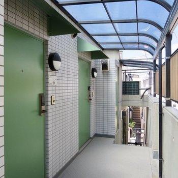 共用部側は緑色のドアになっています、雨よけがありがたい!