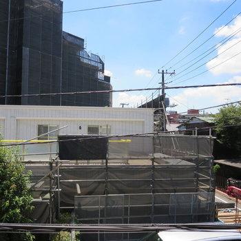 向かいのマンションが完成したらルーフバルコニーが見えそうです