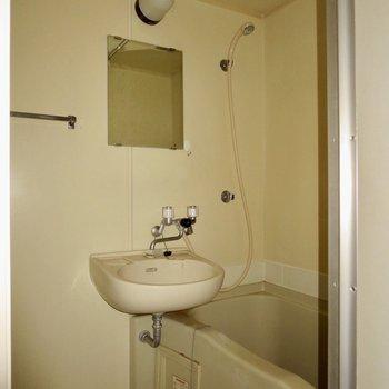 お風呂はシンプルに※写真はクリーニング前のもので、フラッシュを使用しています