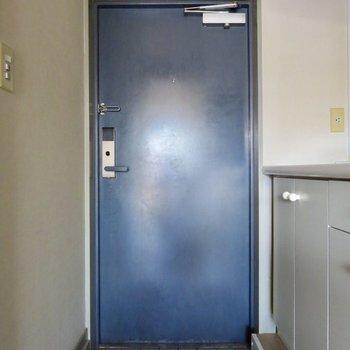 ブルーのドアがスタイリッシュ!