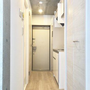 居室からまっすぐ突き当たりが玄関です