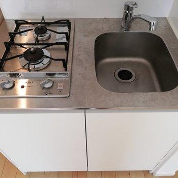調理台はコンパクトながら、2口コンロをご用意。