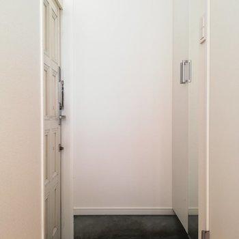 最後に玄関周りを。鏡があって便利です。