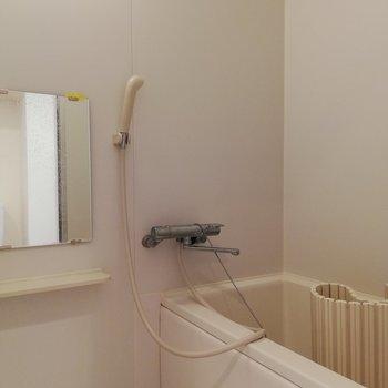浴室。この広さでバス・トイレ別は嬉しい。