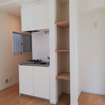 キッチン周り。収納に便利な棚付きです。