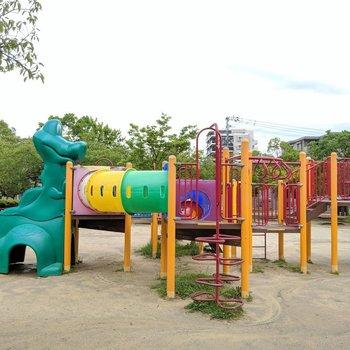 近くには楽しそうな公園。