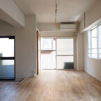 ドアとかは簡素、、でも無垢床です!※写真は5階の同間取りの別部屋です