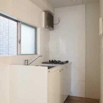 キッチンは2口コンロ。冷蔵庫は手前ですかねえ※写真は5階の同間取りの別部屋です