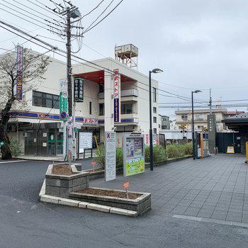 駅前にはスーパーやコンビニ、クリーニング店や美容室などがありました。