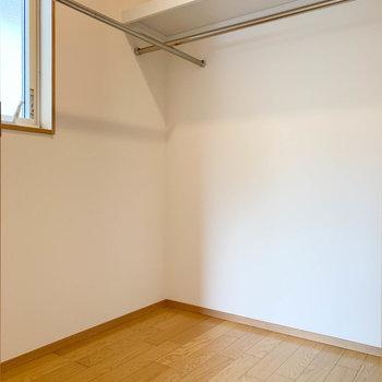 【洋室6帖①】2帖ほどの広さ。ウォークインクローゼットです。小窓があるので換気もできます。