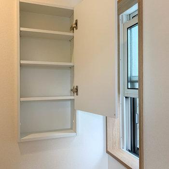 トイレにも小窓と、棚があります。