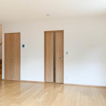 【LDK】右のドアが玄関。階段横の扉は収納になっています。