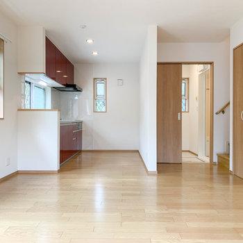 【LDK】振り向くとキッチンがあります。右の引き戸は脱衣所へ。