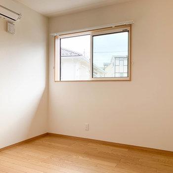 【洋室5帖】最後に階段登って左の洋室へ。