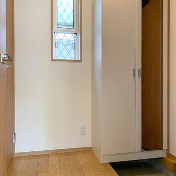 玄関部分へ。シューズラックに鏡付き。左にトイレがあります。