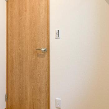 【洋室6帖①】扉側にコンセント。除湿機なども置けますね。