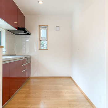 【LDK】キッチンの複数箇所にコンセント。冷蔵庫や電子レンジなど、お好きな場所に。
