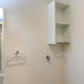 洗濯機置き場の上に、洗剤置き場に良さそうな棚が。