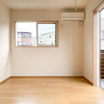 【洋室6帖②】続いて、階段登って真ん中の洋室へ。