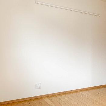 【洋室5帖】こちらもドア側の壁沿いにTVのアンテナがあります。