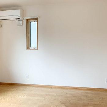 【洋室6帖①】サイドの壁にも小窓があります。