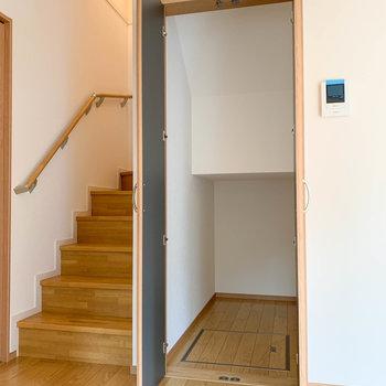 【LDK】階段下を利用した収納があります。それでは2階へ。