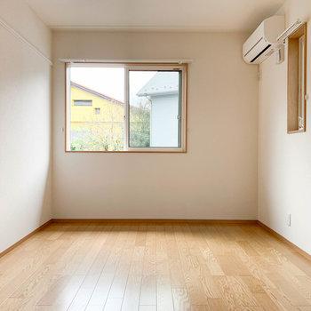 【洋室6帖①】階段登って1番右の洋室です。