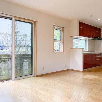 【LDK】キッチン側の大きな窓はテラスに面しています。