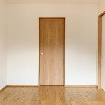 【洋室6帖①】窓の向かいに扉があります。中に入ると…