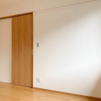 【洋室6帖①】廊下への扉は引き戸です。この壁にTVのアンテナがあります。