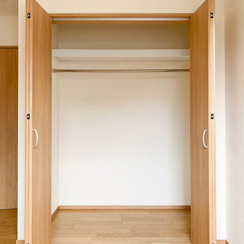【洋室5帖】こちらも幅の広いクローゼットです。