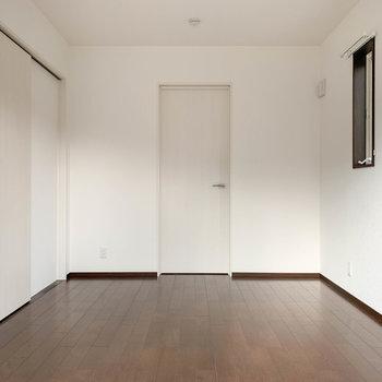 【洋室6帖】窓の向かいに扉があります。中に入ると…