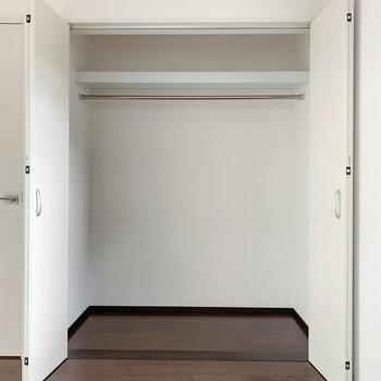 【洋室7.6帖】幅の広いクローゼットです。