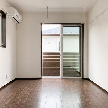 【洋室6帖】階段登って1番左の洋室です。