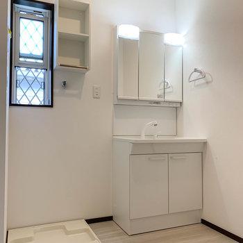 脱衣所にも小窓付き。洗濯機置き場の上に、洗剤置き場に良さそうな棚が。