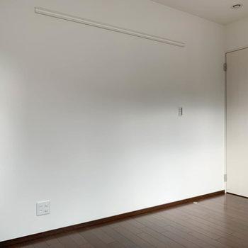 【洋室7.6帖】ドア側の壁沿いにTVのアンテナがあります。