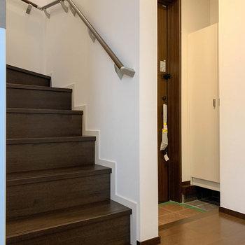 左側に階段と玄関があります。