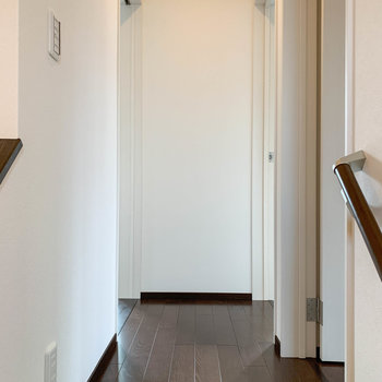 2階の廊下です。それでは右の洋室から見ていきます。