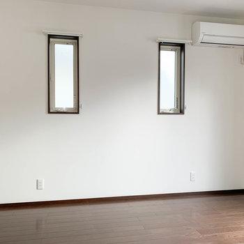 【洋室6帖】サイドの壁にも小窓があります。