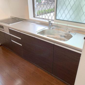 【LDK】3口IHのキッチン。シンクや作業スペースも広いです。