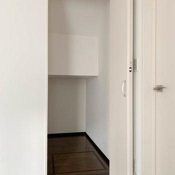 【LDK】扉の近くに、階段下を利用した収納があります。