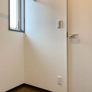 【洋室6帖】中には小窓もあり換気ができます。コンセントもあるので除湿機なども置けますね。
