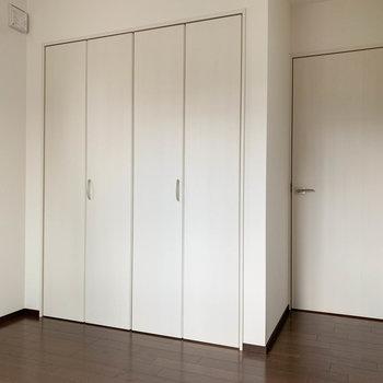 【洋室6.6帖】窓の向かいに収納があります。