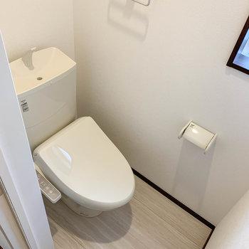 玄関横にトイレ。もちろん温水洗浄便座付きです。