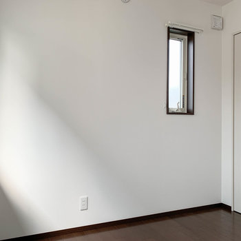 【洋室6.6帖】こちらもサイドに小窓があります。