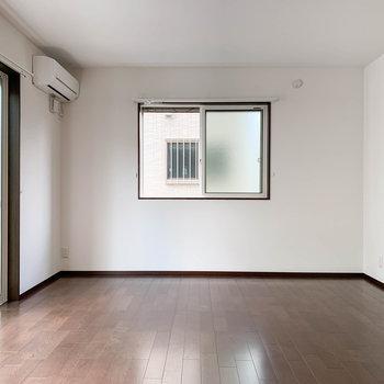 【LDK】こちらの窓は西向きです。お隣に家があるので、すりガラスになっています。