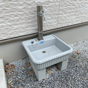 サイドに手洗い場。植木や掃除などにも使えますね。