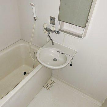 お風呂は2点ユニット。お掃除いっぺんにできますよ。(※写真はフラッシュ撮影をしています)