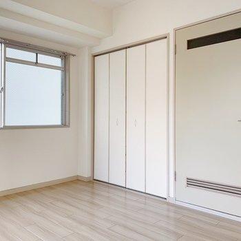 収納は壁の色に同化◯圧迫感がありません。窓は南向き◎