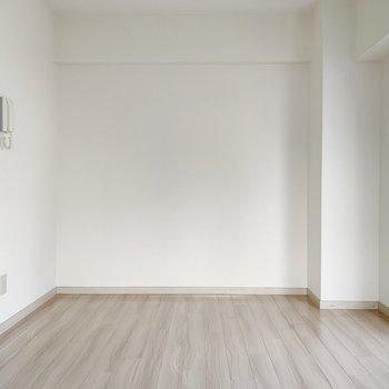 ベッドはこちら側にどうぞ〜!ポスターなどで飾りたくなるような壁ですね。